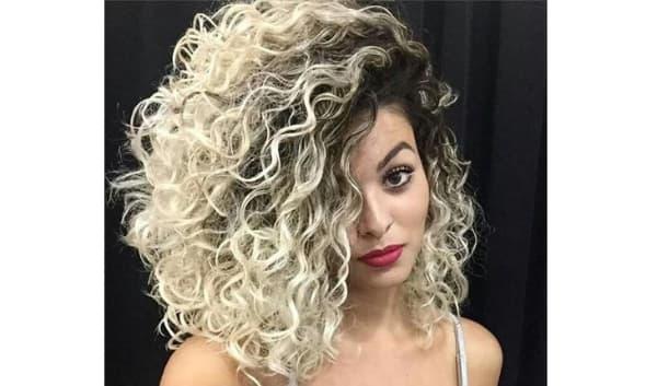 cabelos com luzes cacheado loiro
