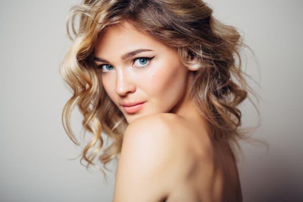 cabelos com luzes curto ondulado