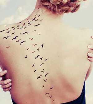 Tatuagens Femininas nas costas andorinhas 2