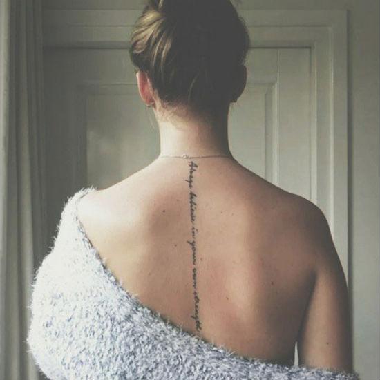 Tatuagens Femininas nas costas texto centralizado