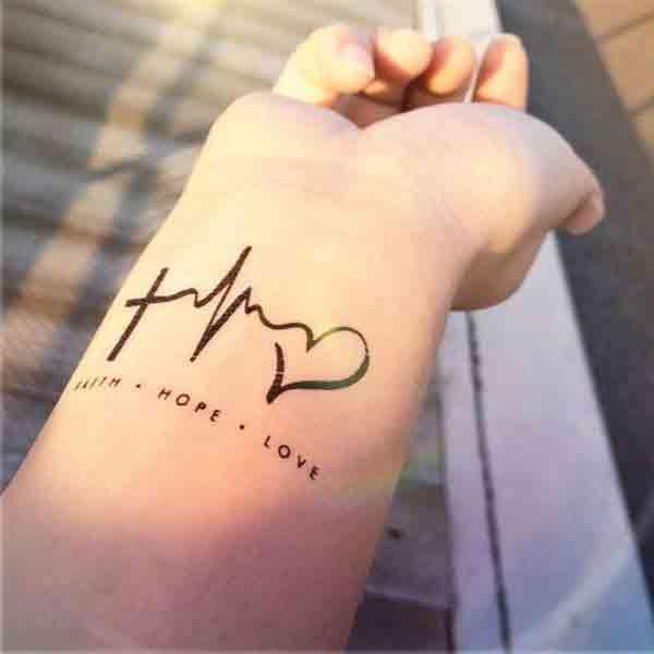 Tatuagens Femininas no braço coraçao batendo