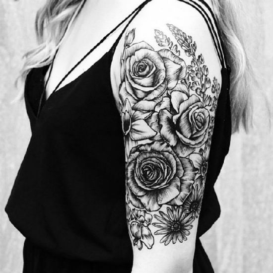 Tatuagens Femininas no braço flor grande