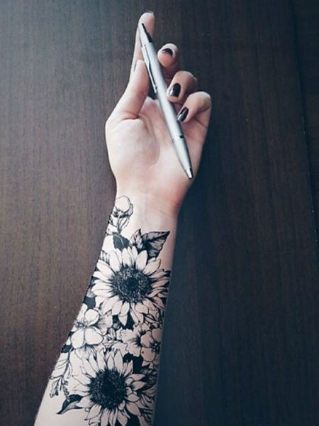 Tatuagens Femininas no braço flor no pulso