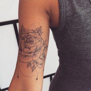 Tatuagens Femininas no braço flor traços