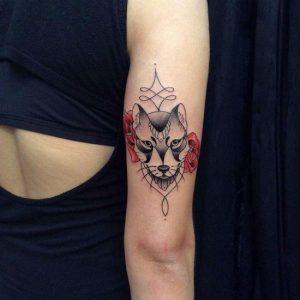 Tatuagens Femininas no braço lobo com flor