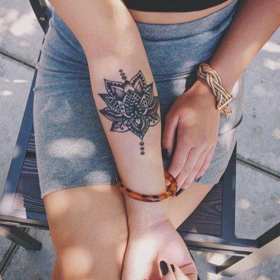 Tatuagens femininas no antebraço Rosa