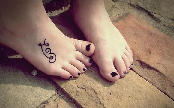 Tatuagens Femininas no pe love