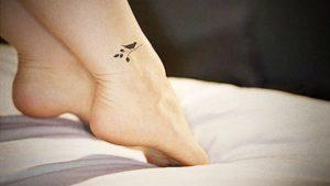 Tatuagens Femininas no pe passaro no galho