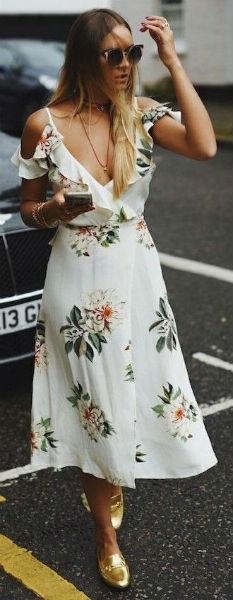 Vestido branco com devote leve, abaixo do joelho podendo ser usado em eventos.