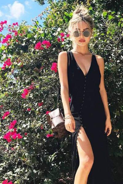 Vestido preto com botão e fenda na frente
