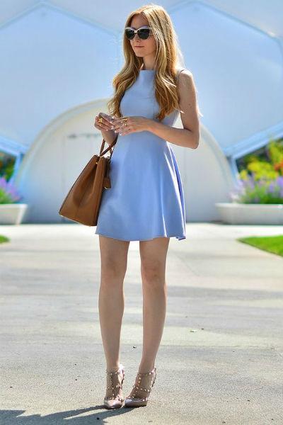 Vestido lindo azul claro, curto porém numa pegada formal.