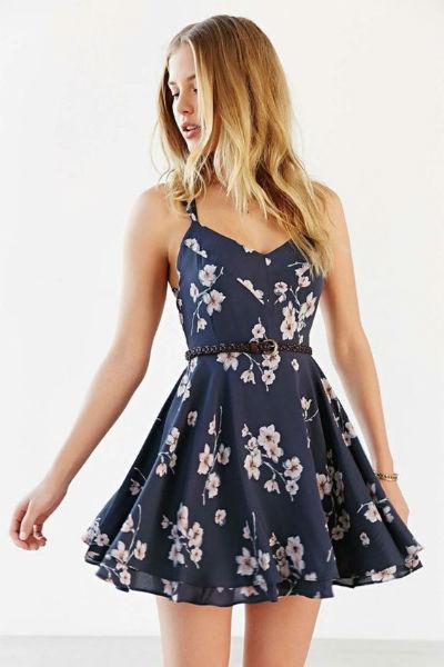 Vestido para o verão rodado, azul marinho e com tecido leve.
