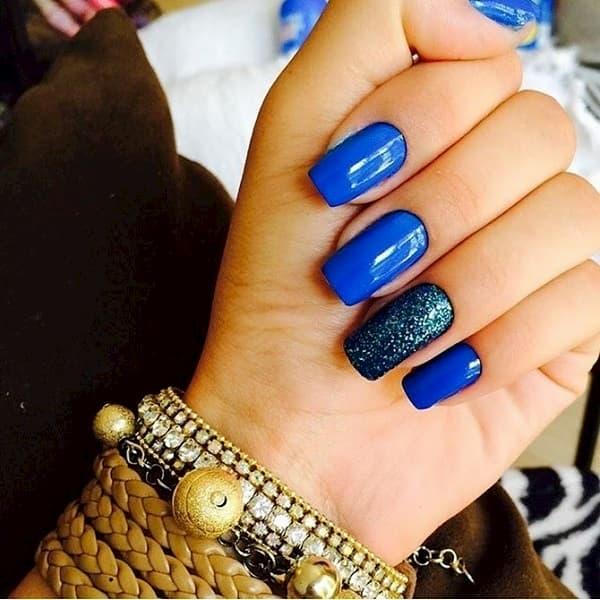 unha decorada azul forte e porpurina