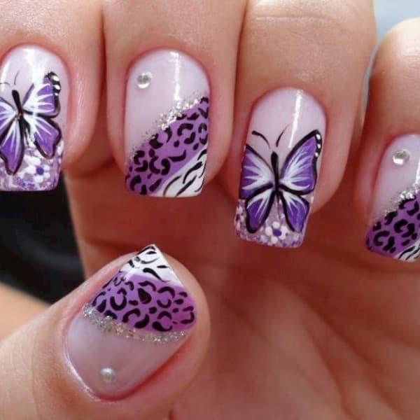 unha decorada roxa com borboletas